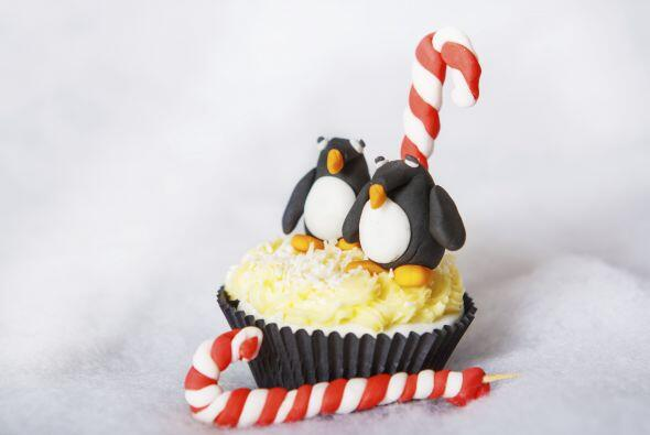 Un par de pingüinos sobre una capa de merengue blanco es perfecto para l...