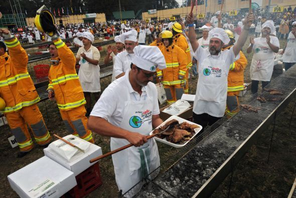 Los cocineros y los bomberos celebran después de obtener el récord Guinn...