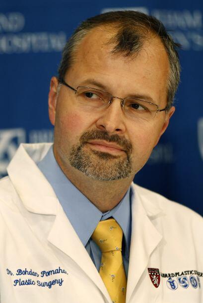 Todo el equipo de médicos estuvo dirigido por el cirujano plástico, Bohd...