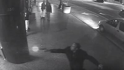 Momento en el que el sospechoso dispara su arma a la entrada del hotel