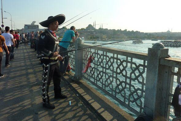 Mariachi pescador Puente de Galata. Estambul, Turquía. A donde fueres, h...