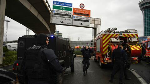 Intento de ataque en el aeropuerto de Orly en París, Francia, causa mome...