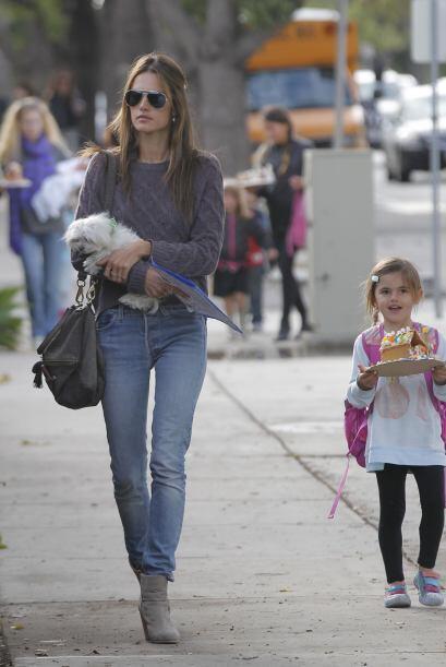 Alessandra Ambrosio fue con todo y cachorrito a recoger a su nena en el...