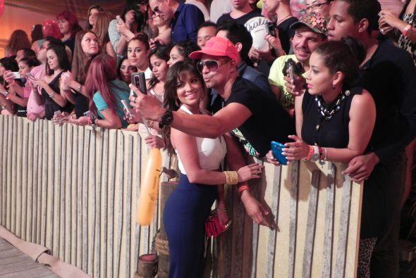 Los fans de Pamela Silva Conde aprovecharon para tomarse fotos.