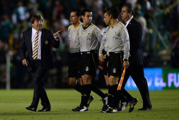 Al final del primer tiempo, Miguel Herrera fue a platicar con el árbitro.