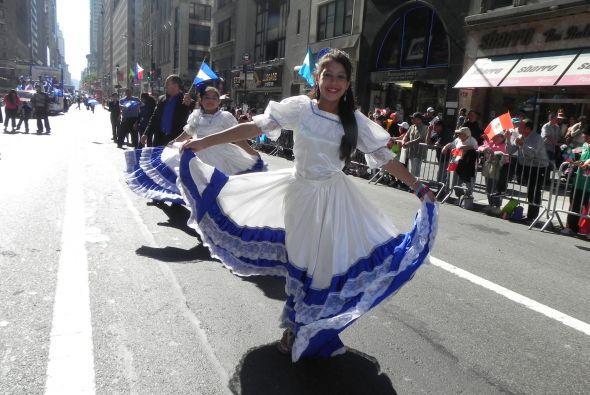 Familias hispanas desfilan por la 5ta Avenida 9d6b2a7e4e6046fdbffbafbdb3...