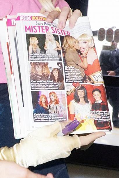 Mister Sister llevaba una revista, en donde aparece posando con varias e...