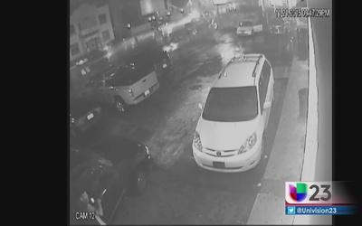 Cámaras de seguridad graban auto que atropelló a hispano