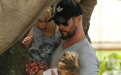 Elsa Pataky y Chris Hemsworth con sus nenes.