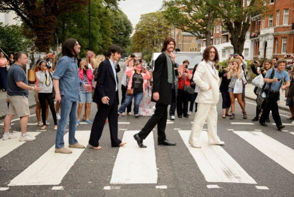 El elenco del musical 'Let It Be' recrean la famosa foto en el Abbey Roa...