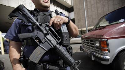 Foto de archivo de 2010, un oficial de aduanas en Calexico
