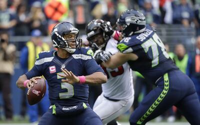 El quarterback Russell Wilson (3) de los Seahawks de Seattle hace un pas...