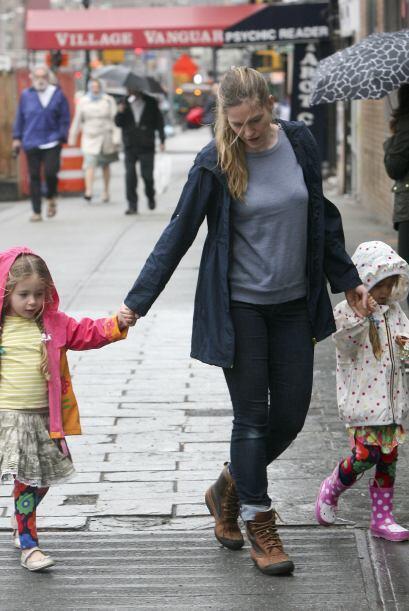 Mientras la actriz atiende sus proyectos las dos pequeñas están al cuida...