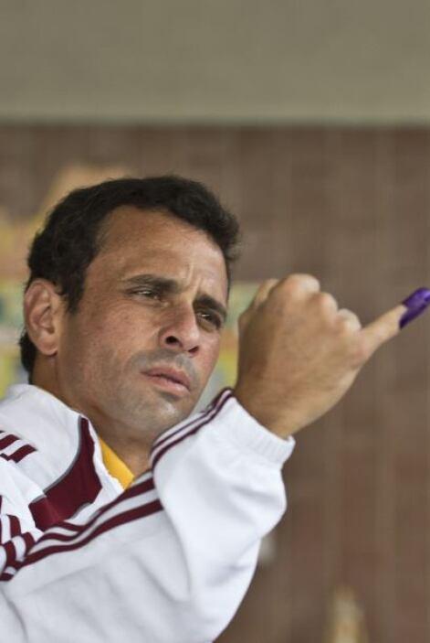 El candidato opositor a la presidencia venezolana, Henrique Capriles, vo...