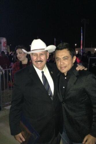 Aquí lo vemos, precisamente, con Raul Salinas, alcalde de Laredo.   Escu...