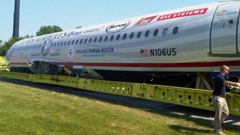La aeronave del vuelo 1549 va rumbo al Museo de Aviación de las Carolina...