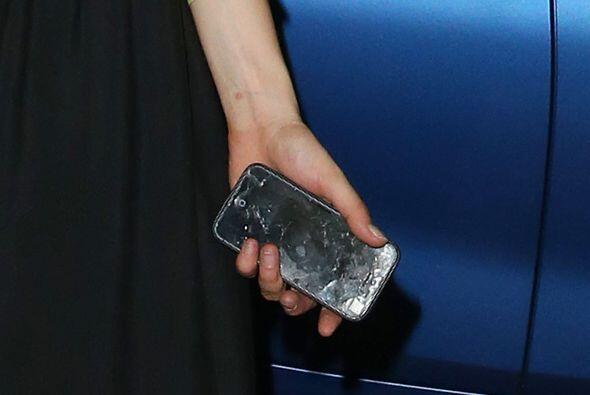 Por ponerse tan borracha, Cara rompió su celular.Mira aquí los videos má...