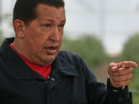 El presidente de Venezuela, Hugo Chávez, firmó este doming...