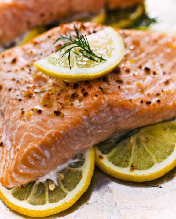 El pescado en general y en particular el salmón, es rico en Omega 3, ace...