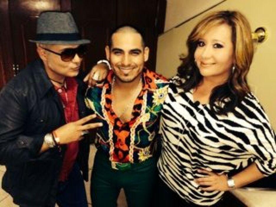Espinoza subió al escenario a dos fanáticas, que pudieron compartir con...