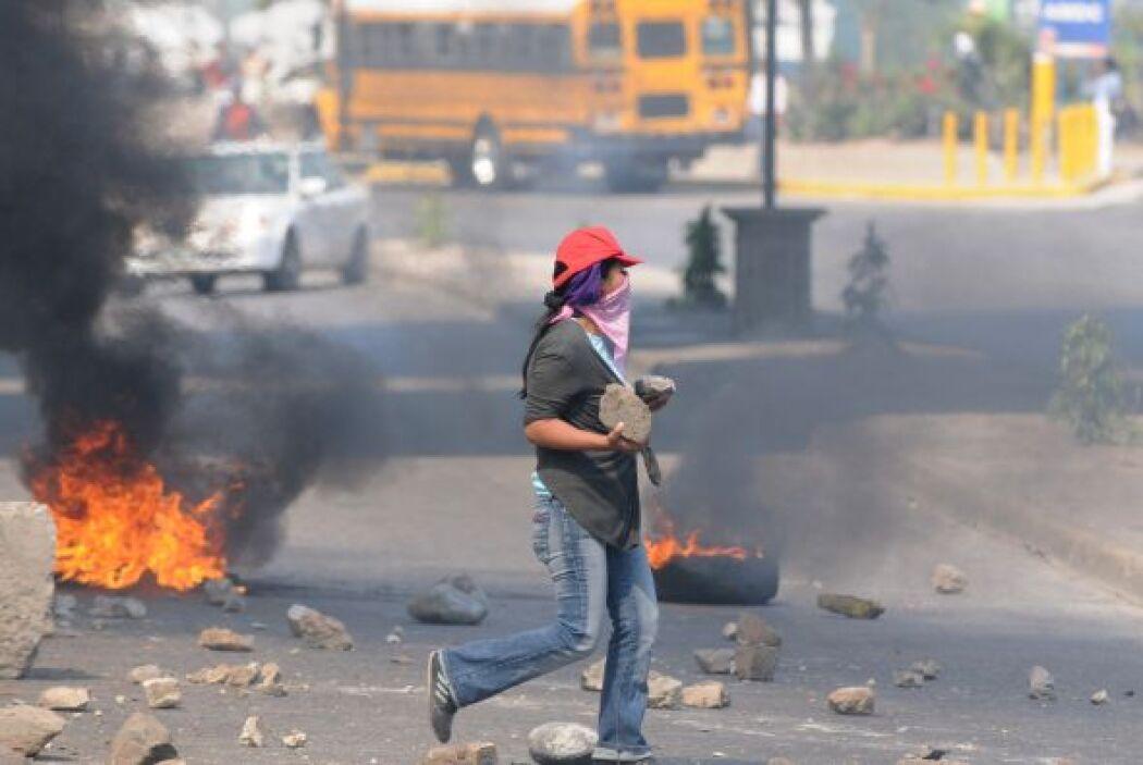 Algunos miembros del  Frente Nacional de Resistencia Popular (FNRP) bloq...