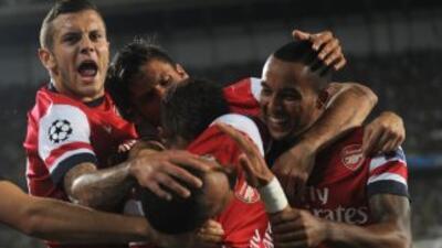 Los jugadores del Arsenal gritan y no sueltan a Gibbs, uno de los anotad...