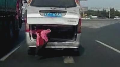 Niño se sale de carro en movimiento