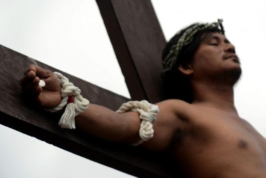 Una docena de personas recorrió los dos kilómetros con la cruz a cuestas...