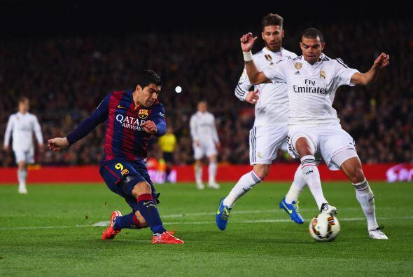 Luis Suárez escaparía entre Pepe y Ramos para meter un tiro cruzado pega...