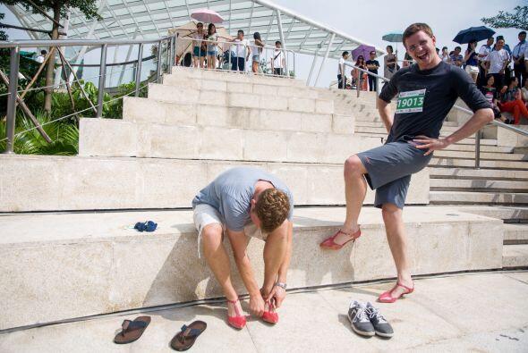 ¡Si caminar en tacones es un desafío para las chicas, imagi...
