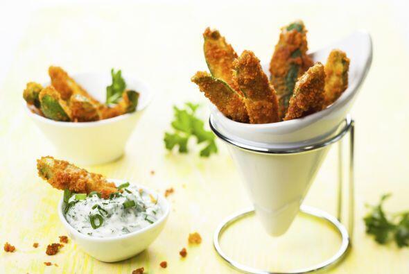 Cocción. Sumerge los trozos de zucchini en la mezcla de huevo, y...