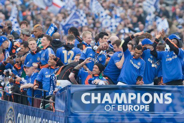 Sonrientes, vestidos de azul y luciendo la flamante Copa de Europa se mo...