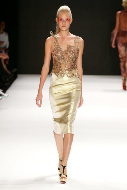 Para la cena de la oficina un vestido dorado puede ser la opción perfect...