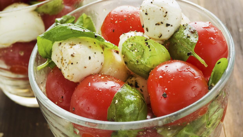 Checa estas recetas de ensaladas para hacer en frascos.