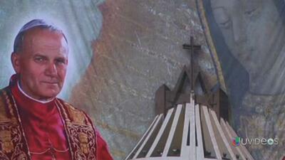 Cientos de Mexicanos veneran al Papa Juan Pablo II en la Basílica de Gua...