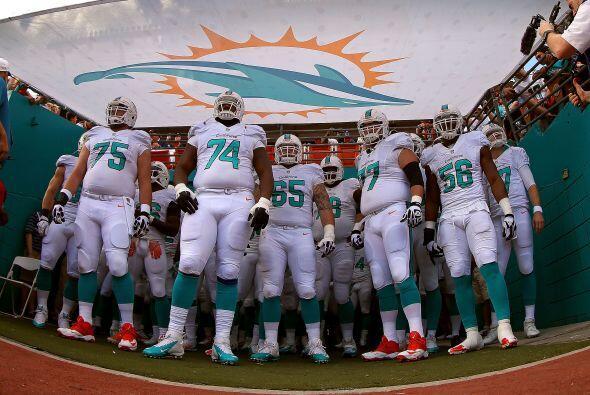 Los Dolphins en espera de salir al emparrillado.