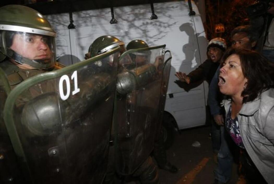 Unos manifestantes increpan a los carabineros en protesta por las privil...