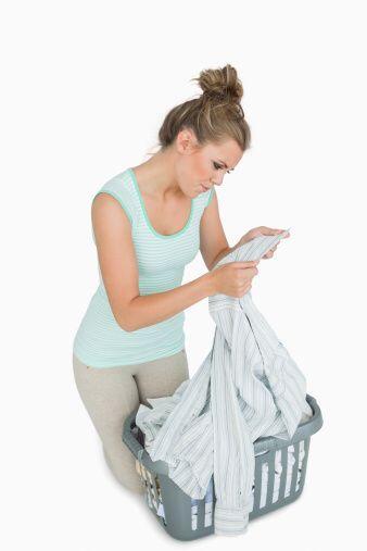 Aparta la ropa levemente sucia, por ejemplo con manchas de  transpiraci&...