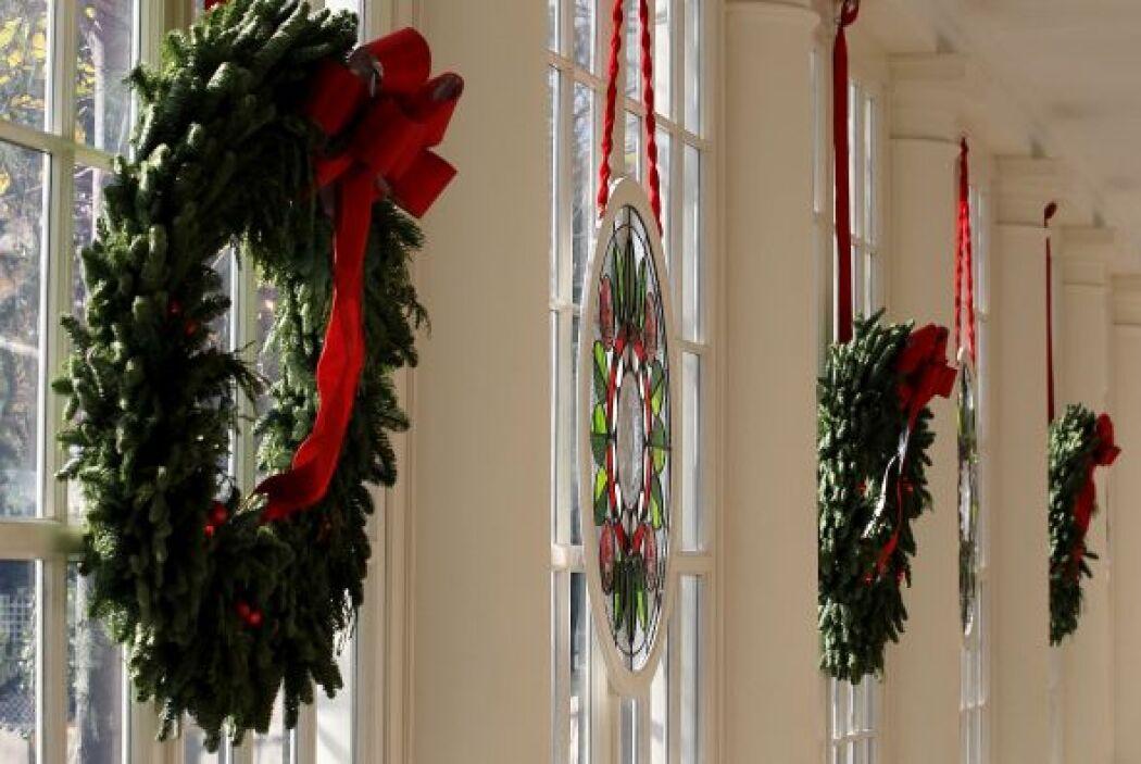 Las tradicionales coronas también forman parte del estilo navideño que s...
