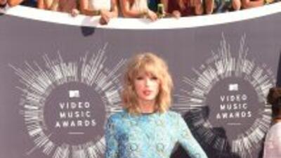 Taylor Swift se mantiene al margen de las fuertes críticas que ha recibido.