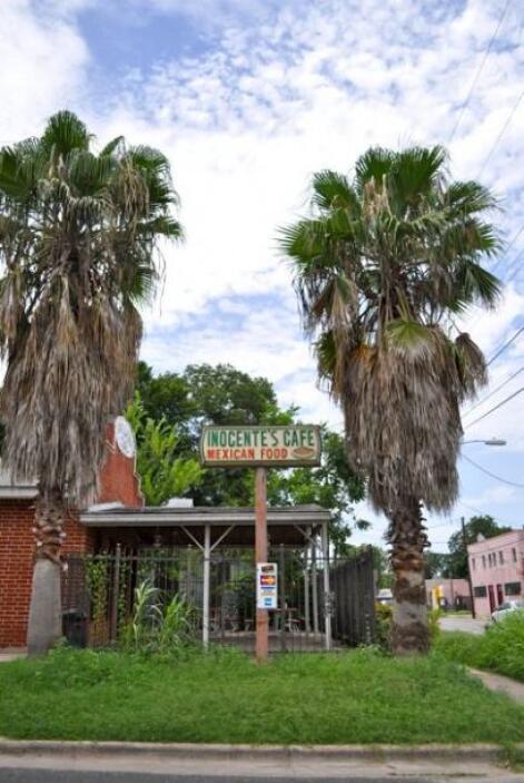 Inocente's Cafe, ubicado en César Chávez y Clara, bien podría estar ubic...