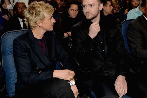 Justin estaba sentado al lado de Ellen DeGeneres en primera fila, al ini...