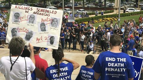 El viernes, una muchedumbre protestó frente al edificio del Capitolio de...