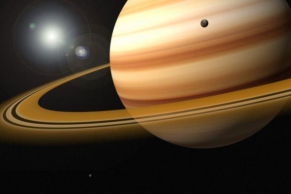 Saturno también cuenta con una gran cantidad de satélites,...