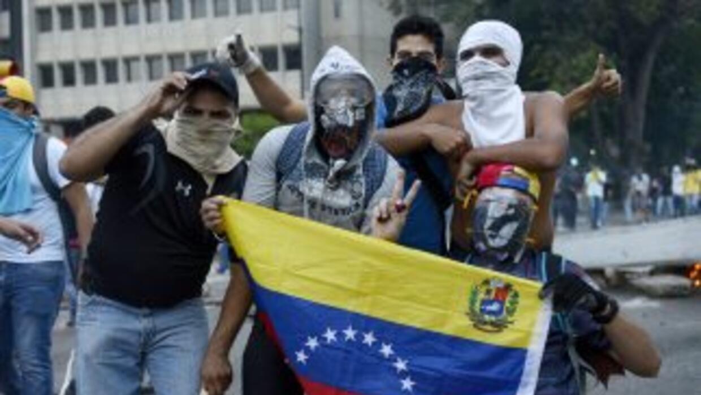 Manifestantes contra el gobierno de Nicolás Maduro marchan en Caracas, V...