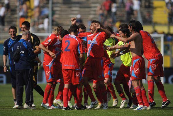 El Catania celebró con todo el triunfo ya que con 43 unidades est...
