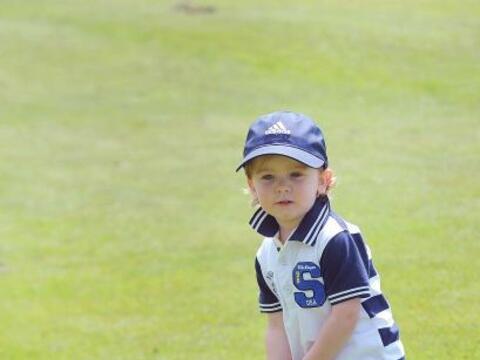 Conocido como 'el pequeño Tiger' puede golpear una pelota de golf...