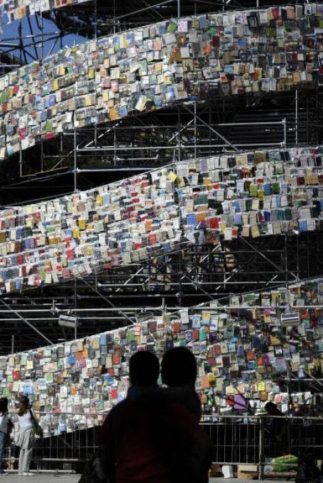 En la gran torre se encuentran libros de todo el mundo. En  el primero y...