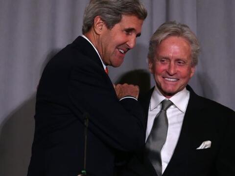 El actor Michael Douglas saluda al Secretario de Estado John Kerry antes...