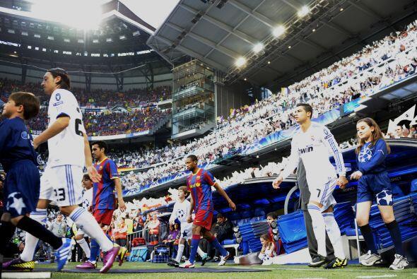 Real Madrid y Barcelona jugaron en el Estadio Santiago Bernabéu el parti...